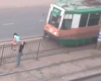Нетрезвая павлодарка едва не угодила под трамвай