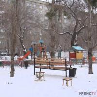 Детскую площадку в снег установили в павлодарском дворе