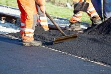 Жители поселка Ленинский запретили подрядчику некачественно ремонтировать дорогу