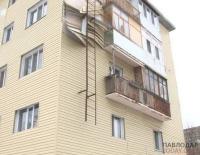В Павлодаре разрушается фасад многоэтажки после модернизации