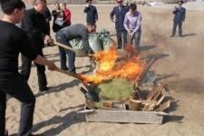 Полицейские сожгли наркотики на набережной