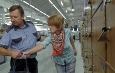 Охрана супермаркетов не вправе принуждать посетителей сдавать личные вещи в камеры хранения