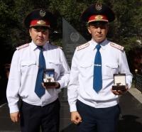 Двух павлодарских полицейских наградили наручными часами за смелость и решительность