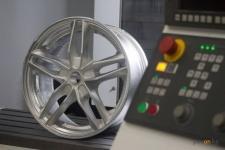 Булату Бакауову продемонстрировали первые изготовленные в Павлодаре алюминиевые диски