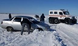 На заснеженной трассе около села Маралды дежурят три машины спасателей