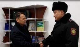 Полицейский в Павлодаре помог мужчине не замерзнуть и не лишиться крупной суммы денег под Новый год