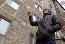 Премию в миллион тенге получил павлодарец, спасший выпавшую из окна девочку