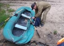 Рыбака и прохудившуюся лодку спасли сотрудники ДЧС в Павлодаре