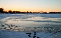 Полицейским в Павлодарской области пришлось уводить пьяных рыбаков со льда