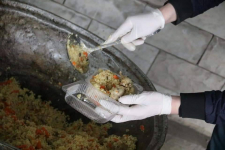 Волонтеры павлодарского Клуба добряков накормили пловом дежурных на блокпостах