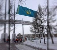 Повешенный вверх ногами госфлаг в Павлодаре смутил пользователей соцсетей