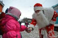 Дед Мороз и Снегурочка поздравляют пассажиров трамвая