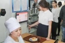 В павлодарской школе дети получили возможность обедать в столовой без наличных денег
