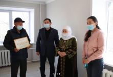 Вдове Арыстанбека Машрапа, погибшего при тушении пожара, подарили квартиру