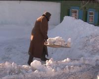Пенсионеров в Павлодаре заставляют убирать снег и запугивают штрафами