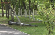 Актом вандализма назвали поваленные неизвестными фонарные столбы в сквере Победы