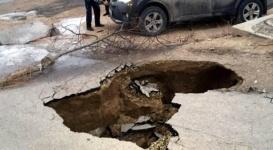 Часть дороги обвалилась под автомобилем в Актау