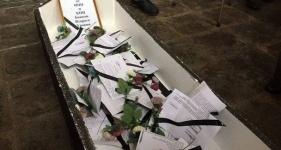В Алматы ипотечники поставили гроб у входа в банк и швыряли в сотрудников нижним бельем