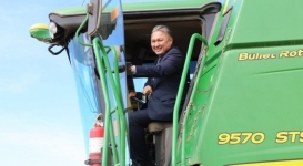 Абдибеков за рулем комбайна показал мастер-класс аграриям