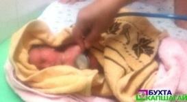 Брошенную новорожденную девочку нашли в траве в Капчагае