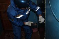 Жительница Экибастуза вызвала спасателей, чтобы открыть дверь квартиры, в которой остался заперт ее маленький ребенок