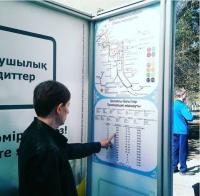 Первые стикеры с расписанием автобусов появились на остановках в Павлодаре