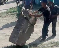 В селе Павлодарском бетонными блоками закрывают въезд на несанкционированный пляж