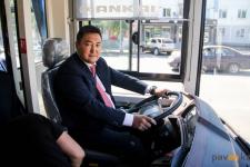 Аким Павлодарской области прокатил почетных граждан Павлодара на электробусе