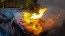 В Павлодаре на улице Торайгырова загорелась машина