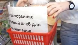 Жительница Бишкека каждый день раздает нуждающимся бесплатный хлеб
