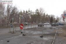 В Павлодаре из-за размыва грунта асфальт просел на перекрестке улиц Камзина-Толстого