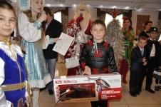 Металлурги АксЗФ стали на время Дедами Морозами для 40 аксуских детей