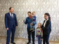 Еще три многодетных семьи получили квартиры в Экибастузе