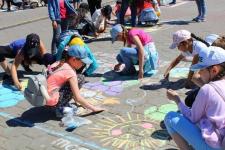 Школьники раскрасили набережную в Павлодаре
