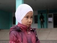 Казахстанский суд запретил девочке носить в школе платок
