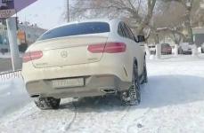 Павлодарцев возмутила парковка внедорожника на тротуаре