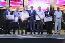Более 400 сотрудников Аксуского завода ферросплавов получили многотысячные премии в честь профессионального праздника
