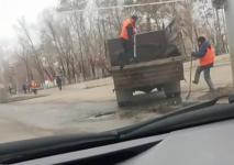 Засыпку дорожных ям с лужами раскритиковали павлодарцы
