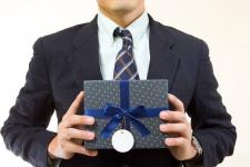 Подаренные павлодарским госслужащим сувенирные мечи, конфеты и сигареты продали на электронных торгах