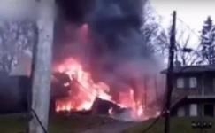 В США двухмоторный самолет упал на жилые дома около аэропорта