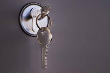 Семье, о которой забыли чиновники, вручили ключи от новой квартиры