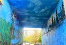 Масштабными пейзажами лета и зимы расписал аэрографист арку дома в Павлодаре