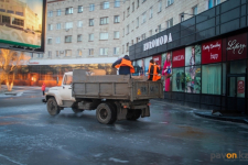 В Павлодаре с гололедом борются при помощи песка