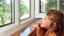В Экибастузе двухлетний ребенок выпал из окна и умер