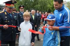 Полицейские устроили для детей праздник с футболом, конфетами и оружием