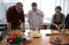 Мастер-класс по изготовлению пиццы провели сотрудники АО «Алюминий Казахстана» с воспитанниками клубного дома «Альрами»