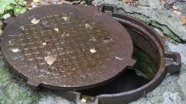 В Павлодаре отдел ЖКХ выясняет, как мог ребенок провалиться в колодец