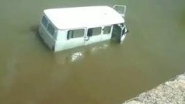 Хотел переехать реку, но не рассчитал глубину: УАЗ застрял рядом с мостом в Павлодаре