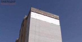В Павлодаре со стены многоэтажки, построенной по госпрограмме, исчезла часть облицовки