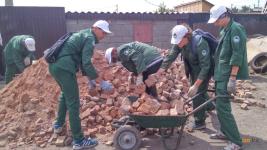 Отряды «Жасыл Ел» расчищают дворы жителей подтопленных домов Второго Павлодара